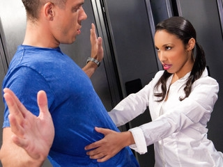 Mick and hotty Twix get in some kinky locker room action !